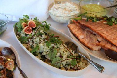 ruokailu-salaattia-lohta